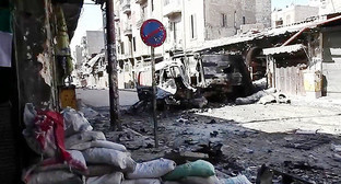 Улица в Алеппо после боёв. Фото: https://ru.wikipedia.org/wiki/Бои_в_Алеппо#/media/File:Bombed_out_vehicles_Aleppo.jpg